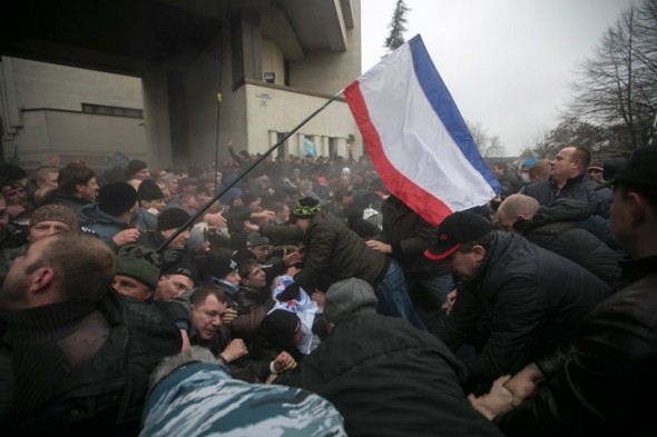 Ukrainian police try and separate ethnic Russians and Crimean Tatars (R) during rallies near the Crimean parliament building in Simferopol February 26, 2014. (Reuters / Baz Ratner)