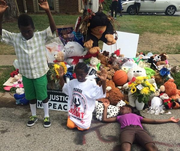 Ferguson children at Mike Brown memorial Aug 30, 2014