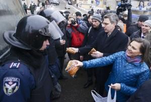 Victoria Nuland distribuendo snack per Ucraina manifestanti.