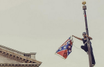 Am frühen Samstagmorgen kletterte Bree Newsome, 30, auf den Fahnenmast vor dem Parlament in Columbia, South Carolina – und nahm die umstrittene Konföderiertenflagge einfach ab Foto: REUTERS