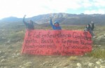 Residents of Lof Cushaman hold a banner calling for an end to police repression, persecution, harassment and freedom for their traditional leader Facundo Huala. (Photo: Lof Cushaman en Resistencia.)