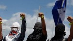 Masked students of UNAH raise their hands during a protest in Tegucigalpa, Honduras, July, 2016. | Photo: Reuters