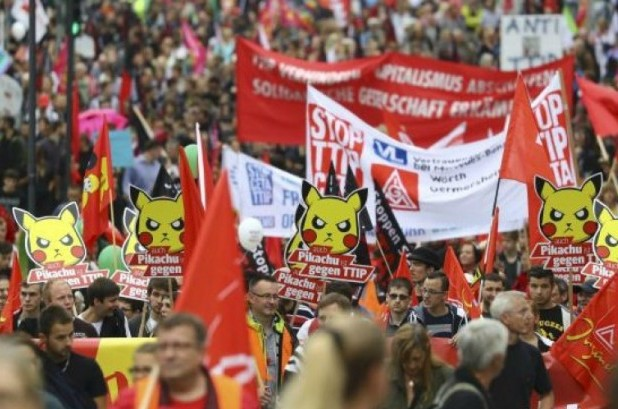 Consumer rights activists take part in a march to protest against the Transatlantic Trade and Investment Partnership (TTIP) and Comprehensive Economic and Trade Agreement (CETA) in Frankfurt, Germany, September 17, 2016. (Photo: Reuters/Kai Pfaffenbach)