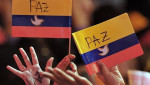Colombians hold up flags supporting the peace process. | Photo: AFP