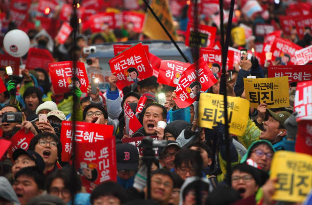 Protesters shout slogans as they march toward the presidential Blue House to press their demand for the resignation of South Korea's President Park Geun-Hye in central Seoul AFP