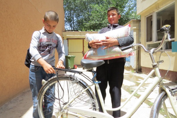 Inham ( left ), an Afghan street kid who works polishing boots, and his brother, collecting his monthly gift of rice