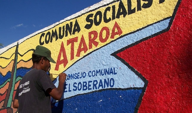 Venezuela Commune A man painting a mural in the Ataroa commune (Voces Urgentes)