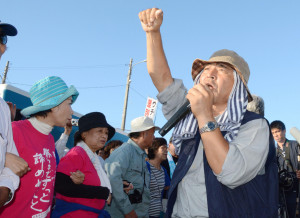 Okinawa Hiroji Yamashiro speaks in front of Camp Schwab November 2015, Japan Times