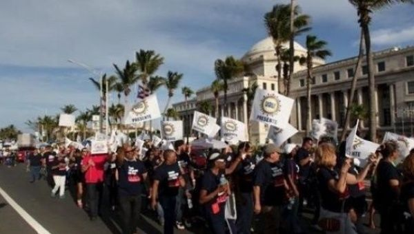 Members of labor unions march past the capitol building during a protest in San Juan, Puerto Rico. | Photo: Archive / Reuters