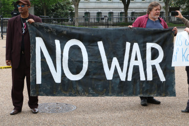 Christopher Glen and Kevin Zeese holding No War sign at White House. By Chris Owens.