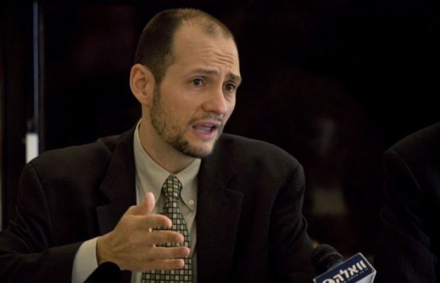 Marc Garlasco, a senior military analyst for the Human Rights Watch organization gestures as he speaks during a press conference in Jerusalem, on June 30, 2009. Photo: Sebastian Scheiner/AP