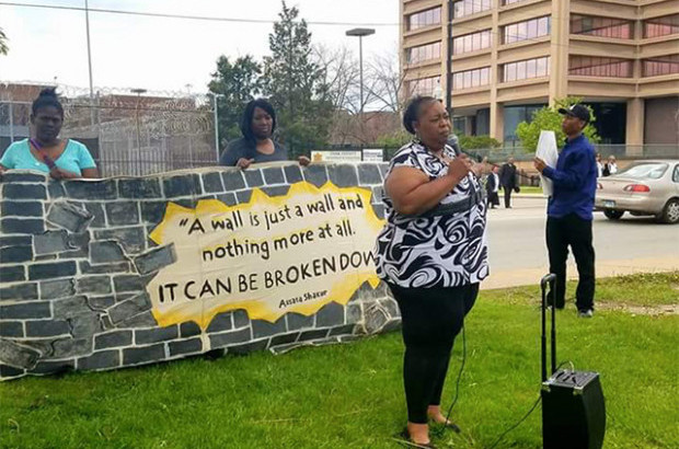 Lavette Mayes speaks outside Cook County Jail at a rally for incarcerated mothers on May 13, 2017. (Photo: CCBF)