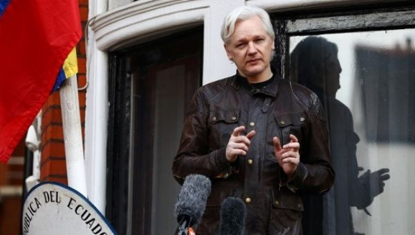 WikiLeaks founder Julian Assange speaks on the balcony of the Embassy of Ecuador in London, Britain, May 19, 2017. | Photo: Reuters