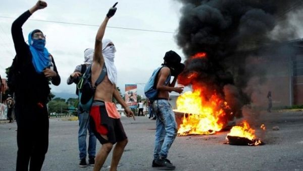 Opposition supporters shout as they burn tires during a protest to demand a referendum to remove President Nicolas Maduro in San Cristobal, Venezuela, May 18, 2016. | Photo: Reuters