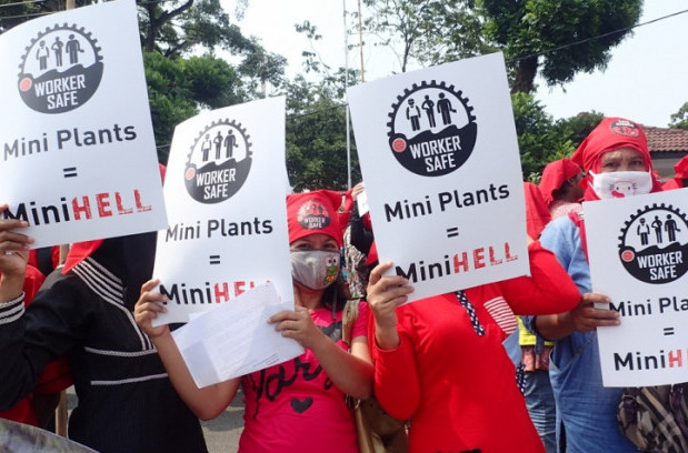 Demonstration at the labor department offices in Lampung, Indonesia in 2015. (IUF)
