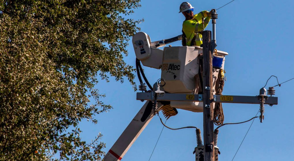 pge-worker-pole-geyserville-1020x680-e15